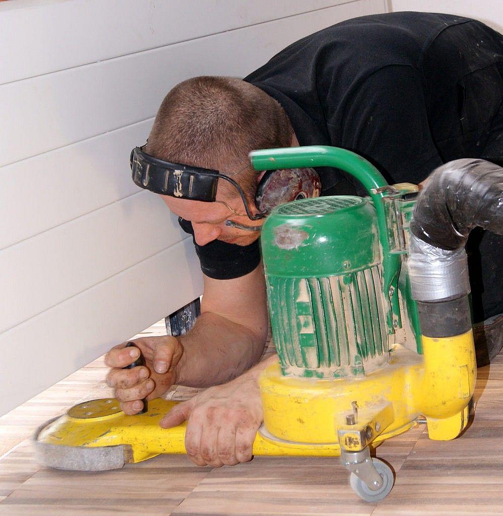 Schuren en behandelen houten vloer