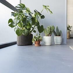 A. Bruizt cement-gietvloer